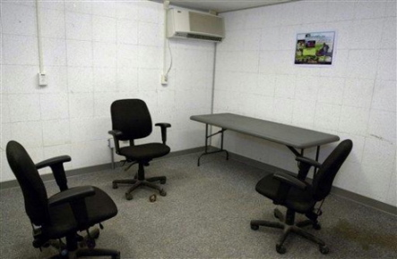 Une salle d'interrogatoire à Camp Delta, Guantanamo. Source de l'illustration: www.cageprisoners.com.