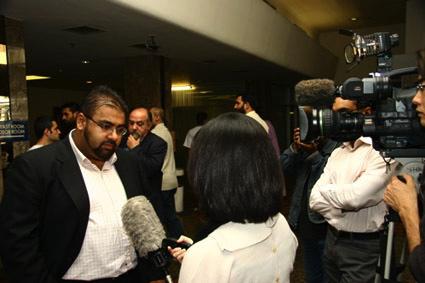 Lors d'une réunion du Hizb ut-Tahrir à Londres le 31 juillet 2005, Imran Waheed, porte-parole du groupe en Grande-Bretagne, est sollicité par de nombreux médias. (Photo: HT)